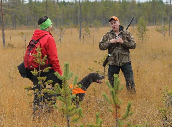 Kanske blir det jaktprov även för mig och Hagel i höst? Här är dey Jenny Haraldsson och Kvittra som får en genomgång med domaren Didrik Skarin.
