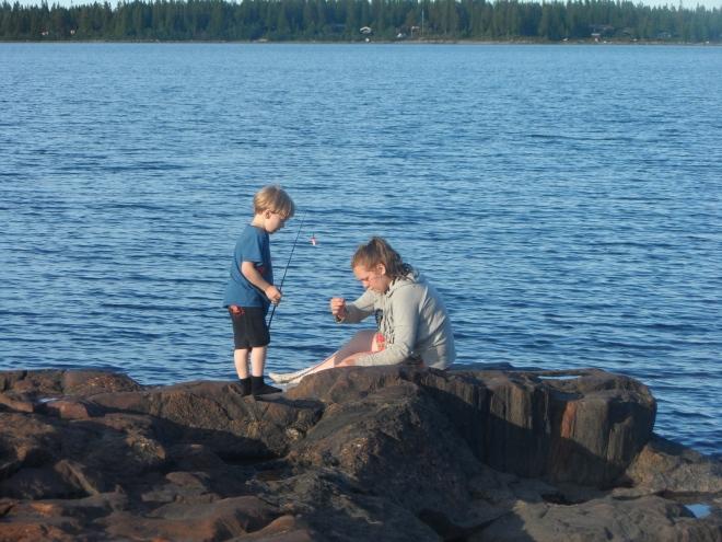 Medan vi väntade på att maten skulle bli klar så testade Leo och Lovisa fiskelyckan. Tur att vi hade med oss renfilé ...