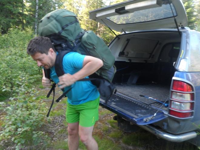 Ryggsäckarna vägde en del när vi lämnade bilen. Sambon Fredrik nyttjar bakluckan på bilen för att lättare få ryggan på sig.