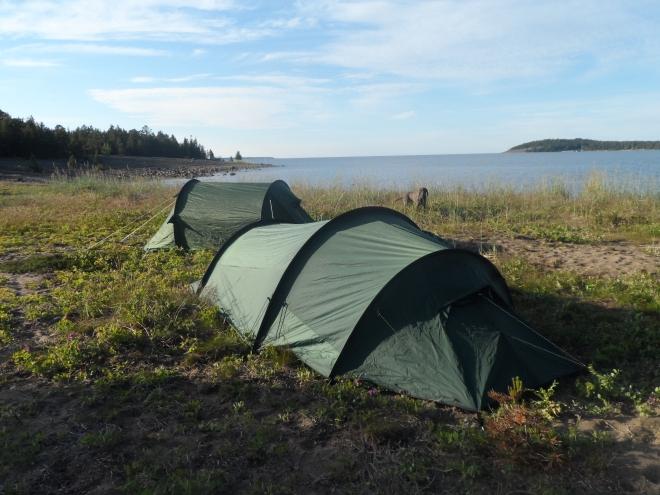 Vi slog upp tälten med morgonutsikt över havet. Ett tvåmannatält för killarna och ett tremannatält för tjejerna och vovvarna.
