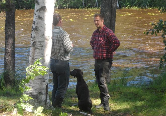Johan Lidman och Granbackens Essy i samspråk med domaren efter att ha genomfört vattenprovet.