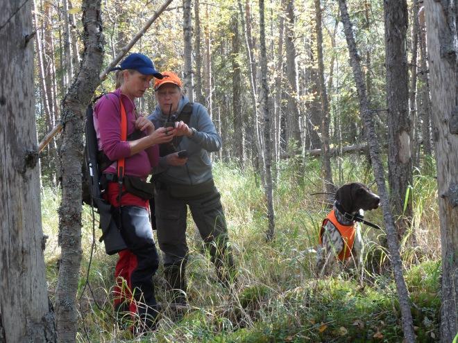 Therese och Saila Suorsa resonerar om vad GPS:en visar.