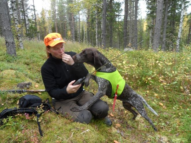 Mona Eriksson hängde med på jaktrundan. Här pausar vi med en chokladbit – vilket Hagel gärna är med och delar på.