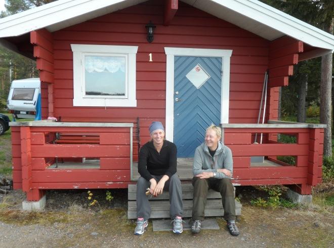 Vår stuga på campingen. Therese och Saila surrar om hundar – förstås.