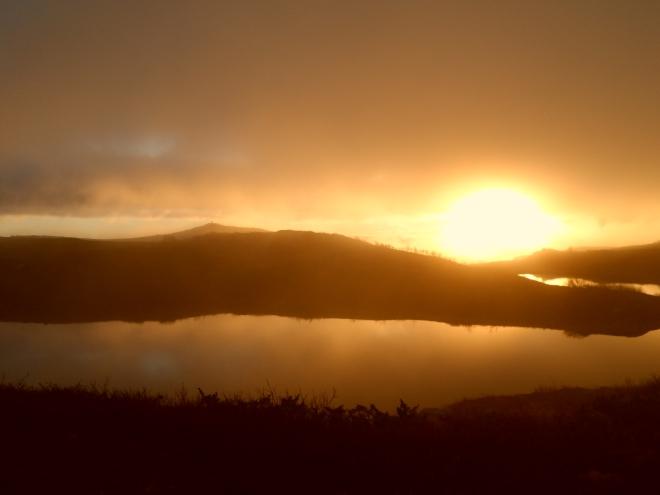 Nästa morgon kom solen igen. Soluppgångarna var fantastiska, mitt framför ytterdörren på stugan. Sånt här borde man egentligen betala extra för!