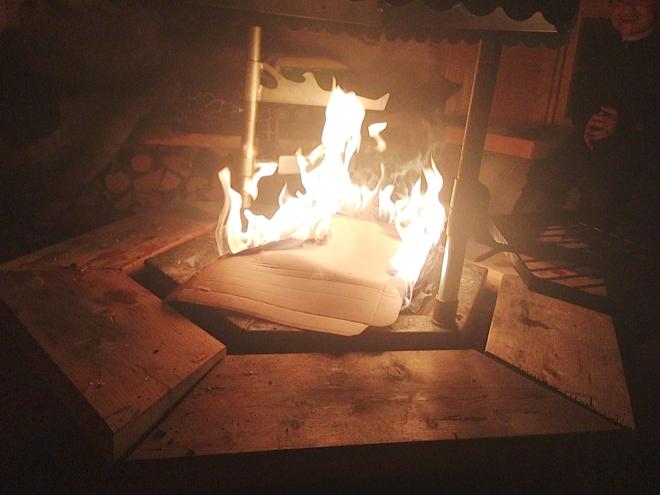 Grabben tyckte det var kul att elda kartong. Då blev det som extra ljust i grillkåtan – ett tag.