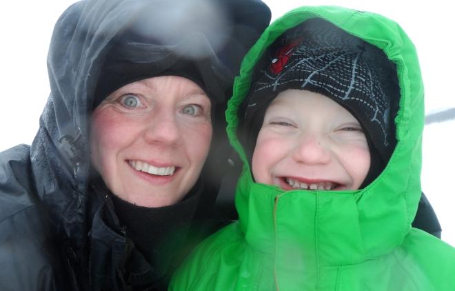 Glada miner på mig och Leo trots piskande regn på våra huvor.