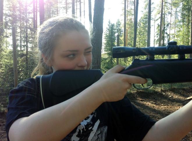 Lovisa siktar på tavlan. Hon tyckte det var kul att få sikta på en älg – även om det var enbart en skjuttavla.