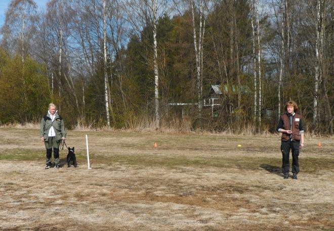 Testledare Erica Berglund börjar sin kontakt på avstånd.