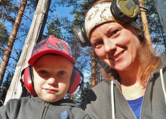 Det är så roligt att få ta med sig sonen ut och tidigt ge honom en bild av jakten. Även om han ser lite skeptisk ut på bilden =)